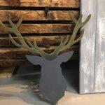 Hert hout geschilderd met bord